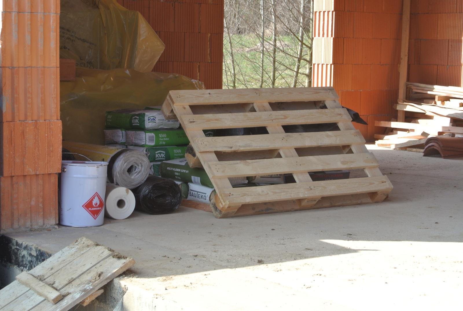 A bude domček ... - Materiál na komín, na priečky a na vysprávku okenných otvorov.