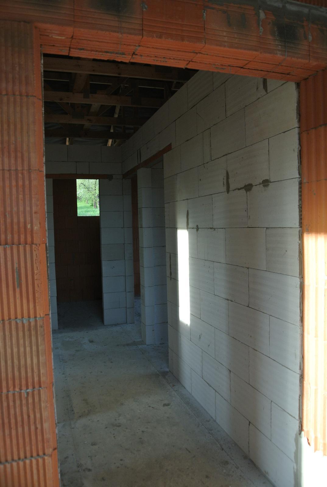 A bude domček ... - Takto to vyzerá z obývačkokuchyne smerom do domu. Vpravo detské izby, vzadu kumbál-komora, vľavo je spálňa a kúpelňa.