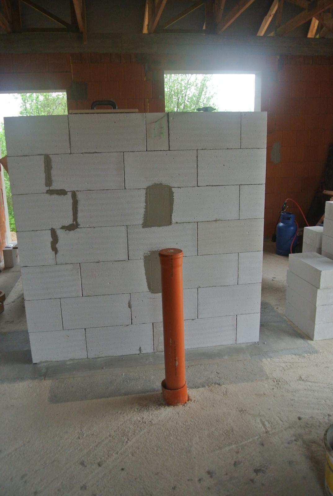 A bude domček ... - Z tejto strany bude postavená pec, rúra je externý prívod vzduchu do pece.