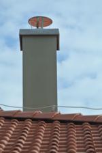 11.5.2018 Domurovaný komín. Budúci týždeň príde strechár oplechovať a ponapravať, čo sa hýbalo.