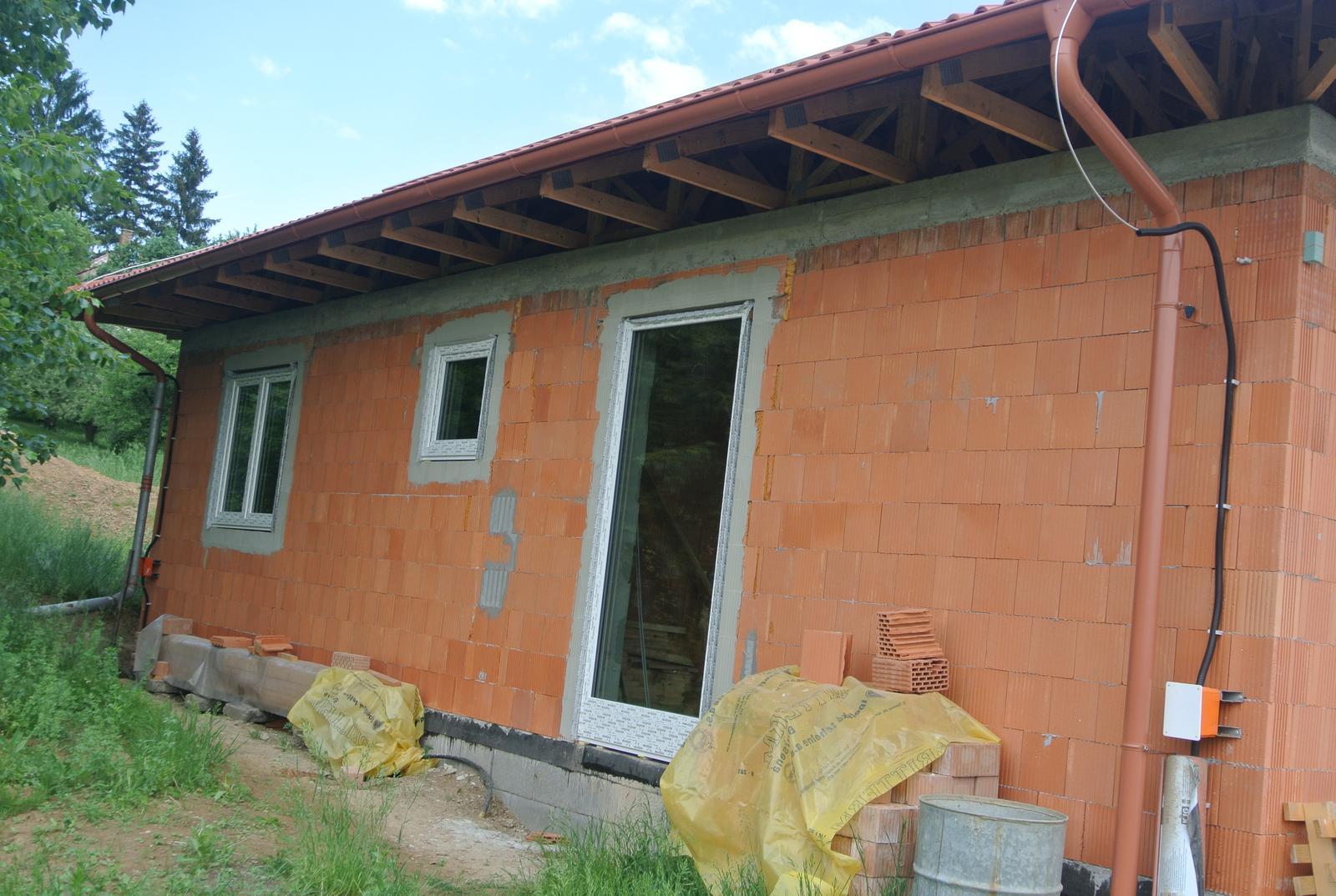 A bude domček ... - 12.5.2018 Montáž okien. Už sa naša stavba naozaj začína podobať na doim :-)