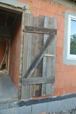 A toto sú naše špeci dočasné vchodové dvere. Ale dnes som prvýkrát dom zamkla, aj keď len klatkou.
