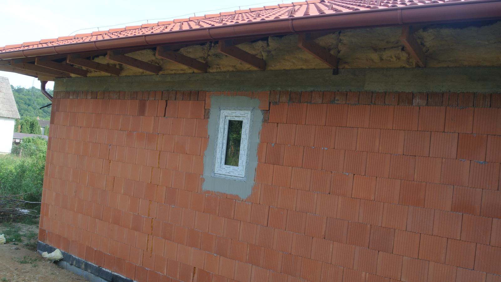A bude domček ... - Pohľad od severu-severovýchodu, jediné okienko na kumbále.