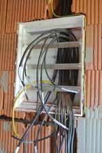A zároveň, či skorej na striedačku elektrikári rozbíjajú. čo murári postavili :-)