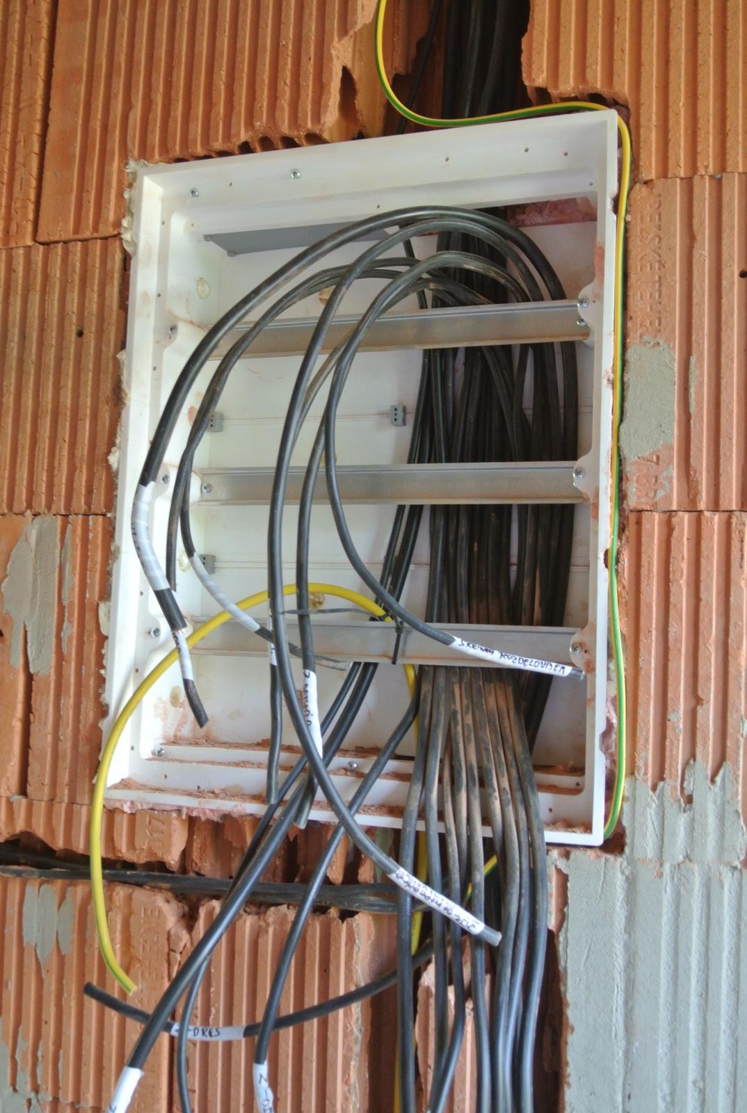 A bude domček ... - A zároveň, či skorej na striedačku elektrikári rozbíjajú. čo murári postavili :-)