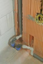 Vľavo hlavný prívod vody, vpravo prívod z (budúcej) studne na WC.