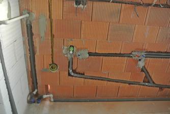 Príprava na práčku a vľavo budú filtre namiesto tej rúry zo steny.