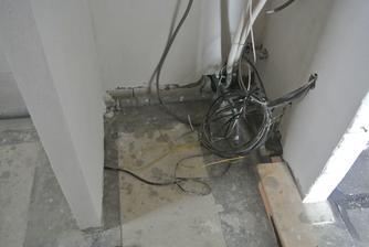 Tu je pripravený výklenok na TČ, po zaliatí podlahy sa vymaľuje, vydláždi a TČ môže prísť.