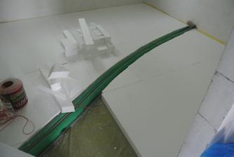 Polystyrénový tetris....Rúrky a kábly od vnútornej k vonkajšej jednotke TČ.