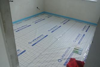 Podlahovka v procese, dilatácia a fólia s rastrom.