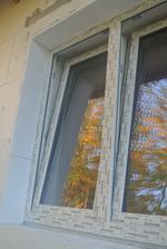 Všetky diery okolo okien vypenené a nalepený EPS do roviny. Keďže som už mala kúpený Tytan Styro, chlapci robili s tým a veľmi si ho pochvaľovali.