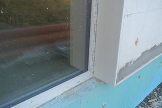Pracuje sa na špaletách, rám okna je prekrytý trochu viac ako do polovice.
