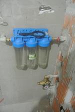Tu budú filtrena vodu, pod nimi regulátor tlaku.