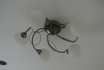 """Máme prvé """"normálne"""" svietidlo, inde len žiarovky na drôte :-)"""