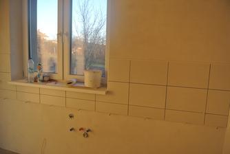 Na túto stenu nepôjdu horné skrinky, tak to ukončili lištou - veľmi sa mi to páči.