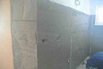 V kúpelni pripravené steny pod obklad.