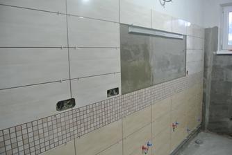 6.12.2018 Prvá stena v kúpelni obložená.