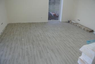 Obývačko kuchyňa - už len poumývať, už aj vymaľované, dnes prišli aj lišty.
