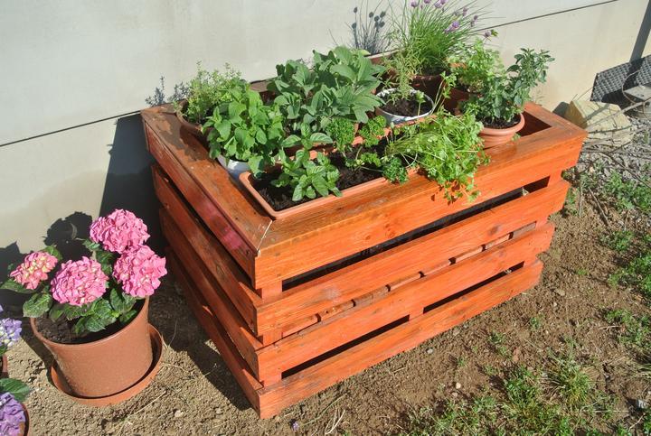 Moje tvorenie z dreva - Vlani na jar som si vyrobila stojan na bylinky - recyklacia paliet, veľkosť cca 60x100 cm, povrchová úprava luxol a bezfarebný lak.