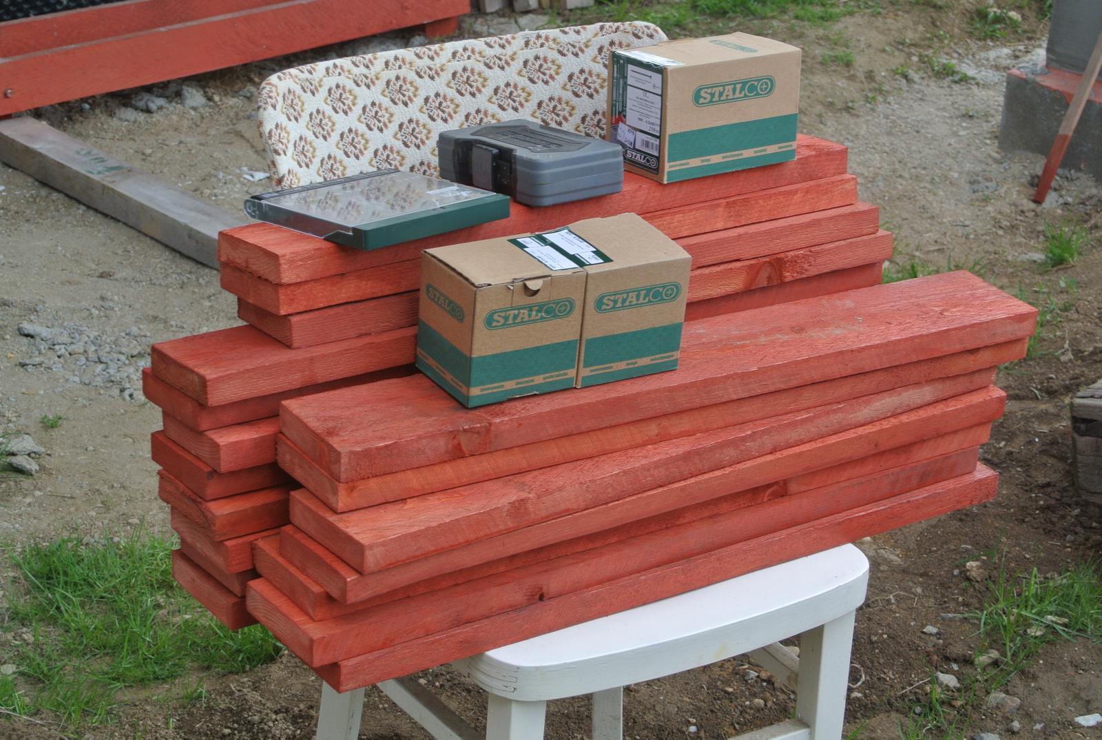 Moje tvorenie z dreva - Nachystané a natreté dosky na dno.