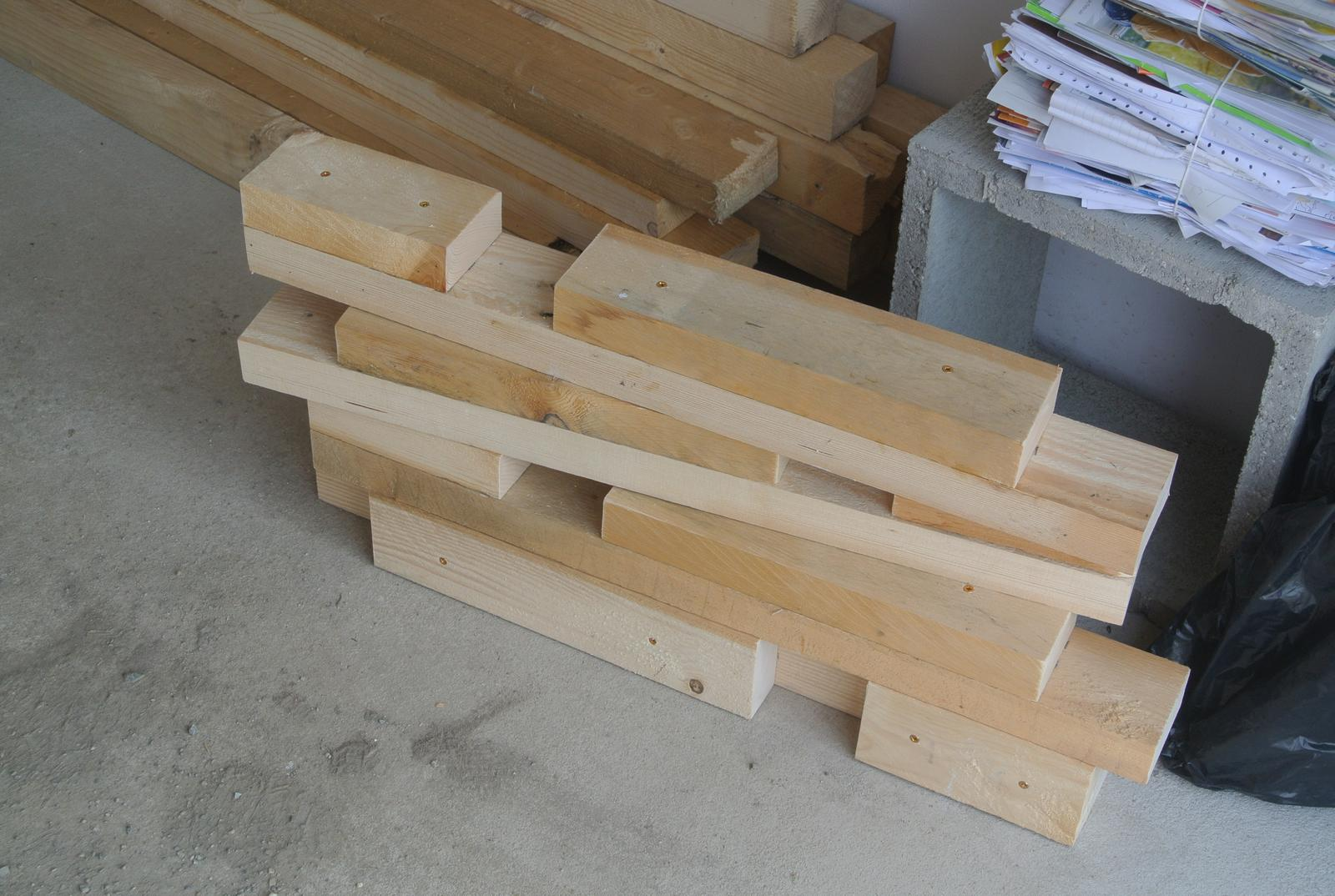 Moje tvorenie z dreva - Akcia ponk - pracovný stôl do garáže, už ma nebaví robiť všetko na kolene a na zemi....Pripravené nohy.