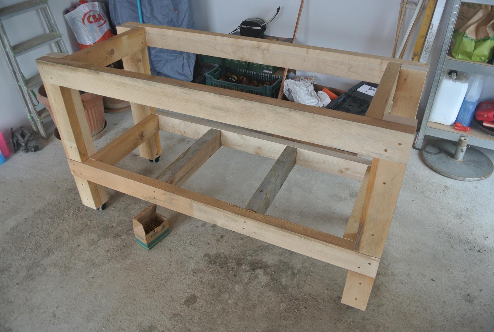 Moje tvorenie z dreva - Keďže na vrch sa chystám recyklovať starú pracovnú dosku z kuchyne, tak rozmery 150x60cm, s doskou bude 160x60. Tak sa mi akurát vojde do garáže medzi dva regály. Kolieska nesmú chýbať, aby bol po garáži voľne pohyblivý.