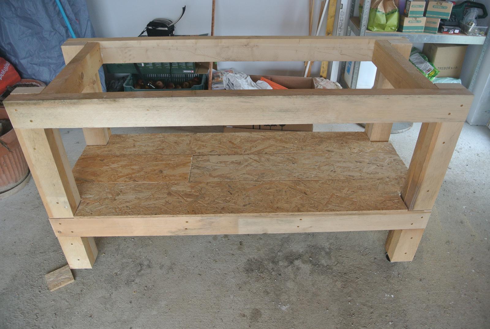 Moje tvorenie z dreva - Ešte domontujeme vrchnú dosku, pomáhala aj staršia dcéra a bude hotovo. Možno ešte napustím tie dosky fermežou, niekedy časom.