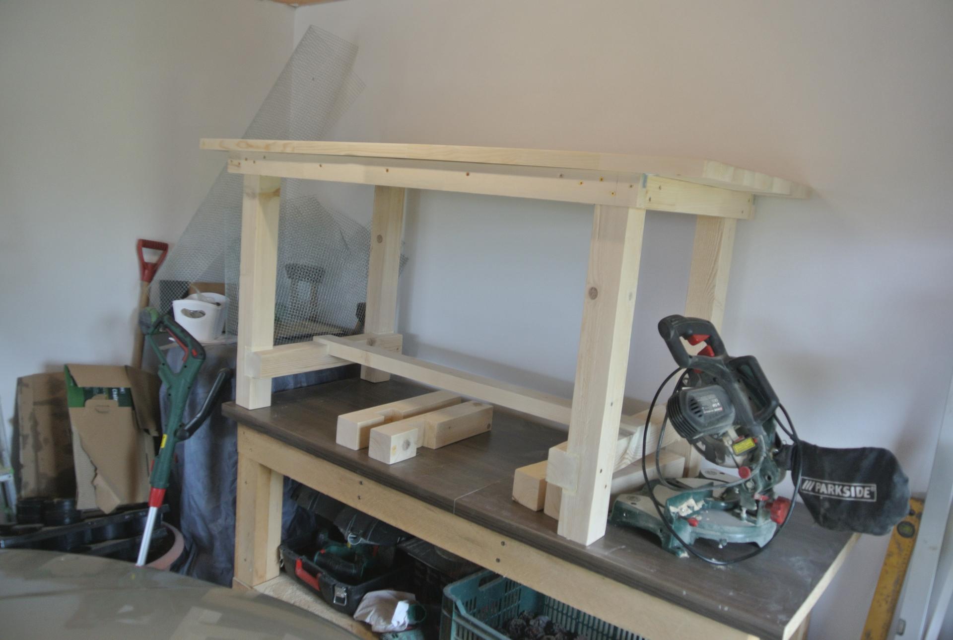 Moje tvorenie z dreva - Pracujem na stole pod prístrešok, ešte je v pláne k nemu lavička.