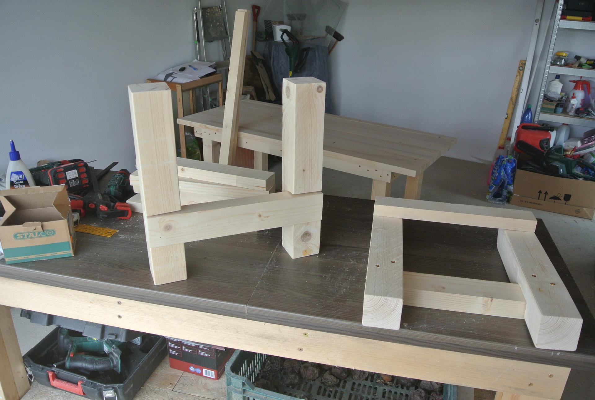 Moje tvorenie z dreva - Lavička ku stolu v procese.