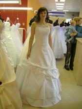 Toto jsem já, ve svatebních šatech, které budu mít.