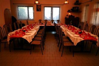 Vše muselo být vínovo-bílé. I prostřený stůl...