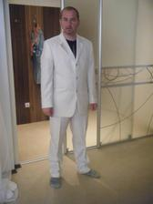 budúci manžel vo svadobnom obleku