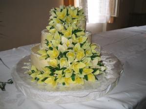 Náš svatební dort dělala vlastnoručně maminka ženicha.