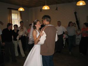 Náš tanec - ženich už byl v civilu a já se šla po tanečku taky převléknout.