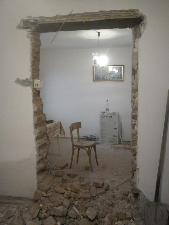 Tu bývame - veraje medzi spalnou a obyvackou su uz minulostou. Kupia sa nove a dvere sa tak posunu o par centi dolava