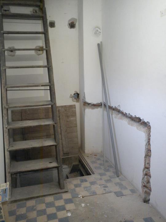 Tu bývame - vedla schodov pojde novy bojler a dalej pripraveny vyvod na pracku