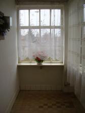 povodne sa malo toto okno uplne zamurovat, no je nam luto rozlucit sa s tolkym jasom a svetlom... Preto sme doobjednali este jedno okno, vycentrujeme ho na stred a po bokoch dosadime male vesiakove zostavy