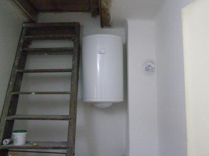Tu bývame - práčovňa omalovana, bojler nasadeny, o chvilu sa aj kupat mozme :)