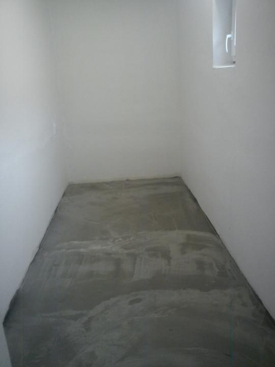 Tu bývame - trochu nakrivo sfotene, ale zato podlaha je uz konecne rovna :)