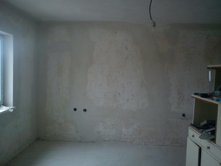 Tu bývame - pukliny a trhliny na stenach su nastastie uz nenavratne prec. Paradoxom je, ze tato izba bola k domu pristavovana ovela neskor, no najviac bola dopraskana.