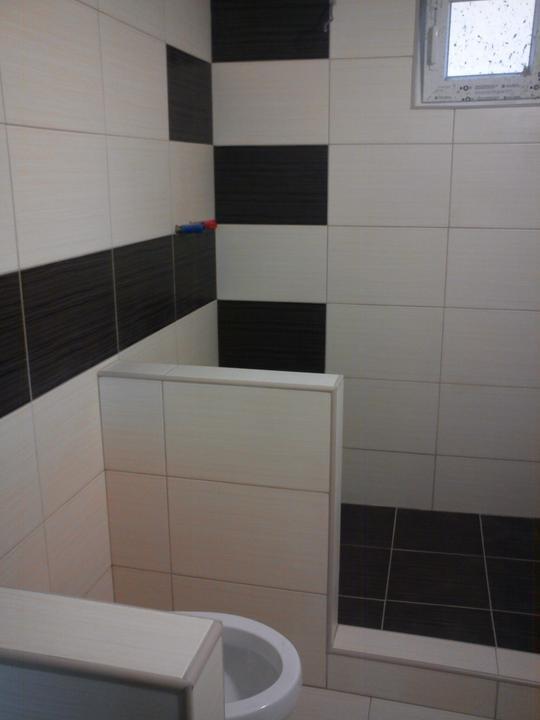 Tu bývame - a pod okno sprchovy kut