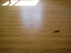 podlaha za jasneho slnecneho svetla