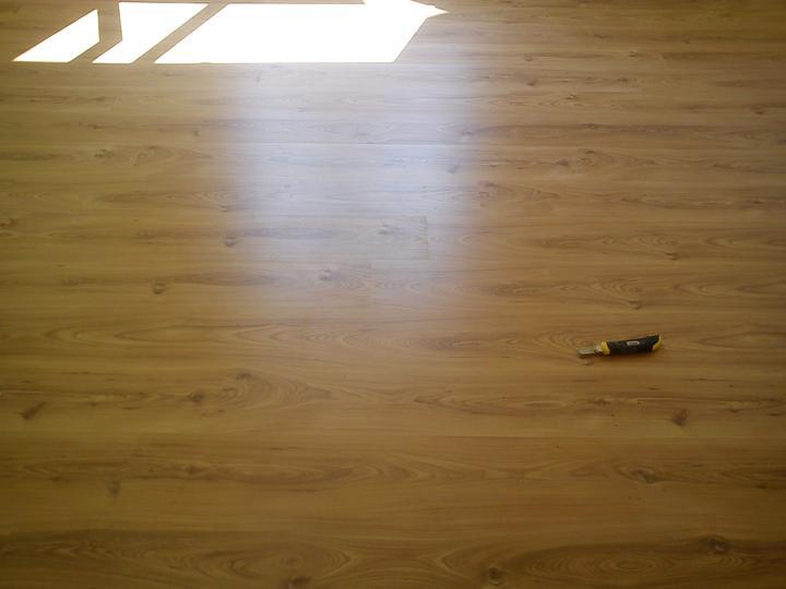 Tu bývame - podlaha za jasneho slnecneho svetla