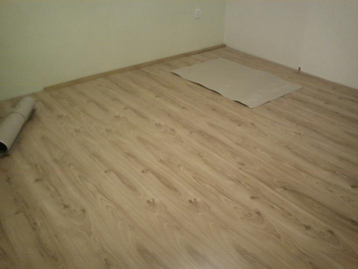 Tu bývame - podlaha za nocneho svetla :)