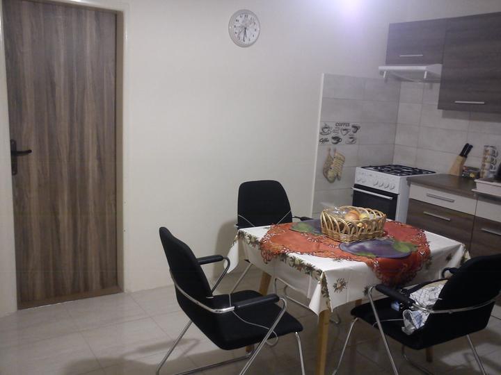 Vynovenie starych dveri - stol a stolicky zatial provizorne, kym nenasporime na nove :)