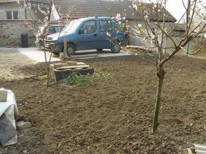 na jar sme prekyprili podu, aby sme ju pripravili na zasadenie travy