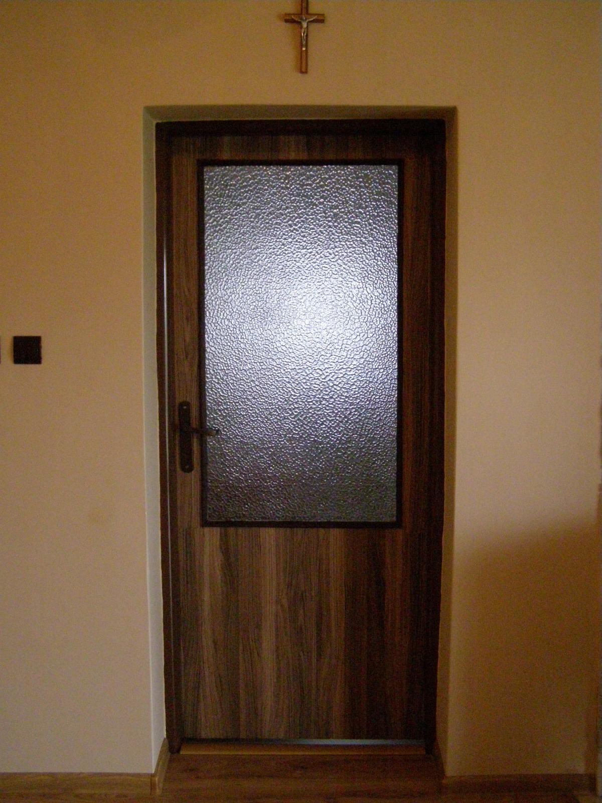 Vynovenie starych dveri - a otapetovali sme aj dvere v dalsich izbach