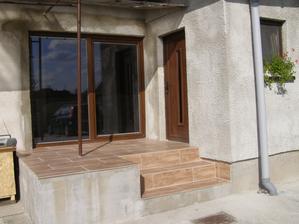 nasa nova terasa - docasne riesenie na par rokov, casom bude terasa potiahnuta po celej dlzke domu az k druhym dveram