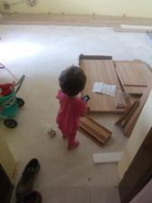 moj maly pomocnik... pokladáme plávačku a skladáme nový nábytok.