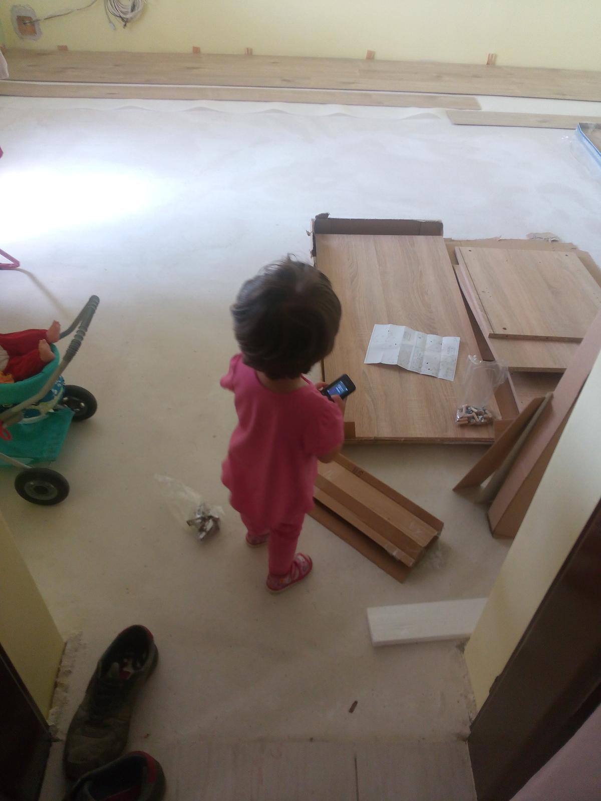 Tu bývame - moj maly pomocnik... pokladáme plávačku a skladáme nový nábytok.